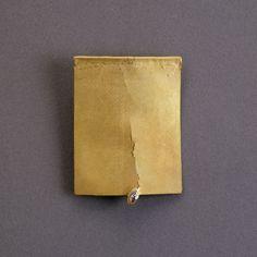 gold- & silberschmiede herbert fischer Brosche mit Riß. 1998. Gold 750/ooo, Diamant Navettes Doppelnadelbroschierung, Größe 75 x 54 mm