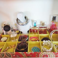 this blog has some good decorating ideas to remember in college bracelet, jewelry storage, room organization, decorating ideas, tray, organize jewelry, dorm rooms, storage ideas, jewelry organization