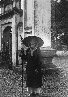 Un notable de village Old Pictures, Old Photos, Vintage Photos, Malayan Emergency, Michael Morris, Beautiful Vietnam, South Vietnam, Indochine, Human Soul