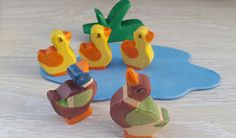 Hölzerne Entenfamilie Waldorf Satz von fünf Spielzeug. ******************************* Das Set enthält fünf Holzspielzeug: -Mutter Ente -Vater Ente -drei Entenküken ******************************* Alle Spielsachen sind handgemacht und das verwendete Holz ist 100 % rumänischen Ursprungs. ******************************* Spielzeuge sind grün! (Bio Spielzeug-Safe für Ihre Kinder!) In ihren Produktionsprozess verwenden wir Holz, Wasser, Wasser-basierte Farben, Lacke und Grundwasser basierte ...