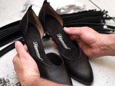 Die Tanzschuhe wurden arbeitsteilig in vielen einzelnen Arbeitsschritten überwiegend von Hand hergestellt. Leichte Abweichungen kommen daher fast immer vor. Aus diesem Grund werden die Schuhe zunächst eingehend auf Ihre Form und Verarbeitung geprüft.