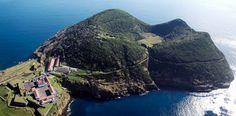 Articolo di Marco Crisafulli.Le isole Azzorre sono un angolo sperduto di Europa in mezzo all'Atlantico, a un terzo della rotta verso l'America. Al ...