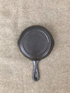Vintage Cast Iron has been growing in popularity for years now. It seems that as far as cookware goes, people are realizing that cast iron is healthier and tastes better than modern cookware. Rusted Cast Iron Skillet, Cast Iron Pot, It Cast, Diy Cleaning Products, Cleaning Hacks, Cleaning Cast Iron Pans, Restore Cast Iron, How To Remove Rust, Cookware