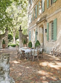 Provence Villa Tour: Elegant French Country Rustic and elegant: Provençal home, European farmhouse, French farmhouse, and French country design inspiration from Chateau Mireille. Photo: Haven In. South of France century Provence Villa luxury vacation French Cottage, French Country House, Country Houses, French Country Gardens, French Country Colors, Rustic French Country, Country Porches, French Colonial, French Home Decor