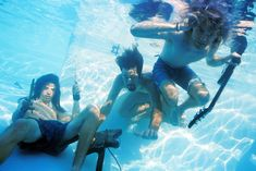 It became known yesterday that the company plans to publish a Universal Music in September, previously unknown demo group Nirvana. Grohl, Novoselic and Cobain pose for a portrait during the underwater filming in the pool North Hollywood. Hippie Music, Grunge, Donald Cobain, Music Genius, Nirvana Kurt Cobain, World News Headlines, Pool Picture, Dave Grohl, Foo Fighters