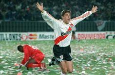 Hernán Crespo (River Plate) celebra el gol definitivo en la final de la Copa Libertadores el 26 de junio 1996 contra América de Cali, con el que River Plate se coronó campeón. River ganó, con goles de Hernán Crespo, por 2-0 y obtuvo el máximo trofeo sudamericano de clubes por segunda vez.