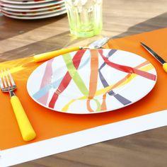 Assiettes colorées, serpentins