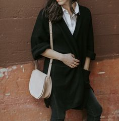 White collar shirt and long black cardigan in winter Minimalistic Outfit Indie Outfits, Boho Outfits, Trendy Outfits, Work Wardrobe, Capsule Wardrobe, Black Collared Shirt, Black Cardigan, Look Fashion, Autumn Fashion