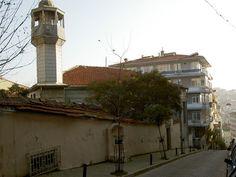 BEŞİKTAŞ MURADİYE CÂMİİ -   Beşiktaş'ta Muradiye Mahallesinde, Nüzhetiye Caddesinin üst tarafında eski isimleri ile Söğütlü ve Gönen, bugünkü isimleriyle Şair Nazım ve Göknar sokaklarının kesiştiği köşede yer alır. Cami toplam 1700 m²lik bir alan içerisinde inşa edilmiştir.