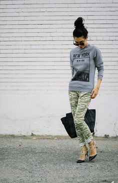 Gray crewneck graphic sweatshirt + camo skinny jeans + black pumps + large black tote
