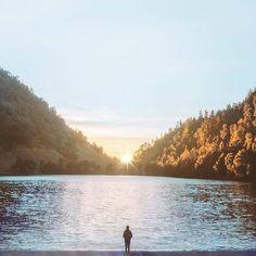 Dan di Jawa Timur juga ada sebuah spot yang tak kalah dengan keindahan Danau Segara Anaka. Ya, Ranu Kumbolo. Danau yang satu ini pastinya sangat hits sekali di kalangan para pecinta alam. [Photo by instagram.com/iwwm]