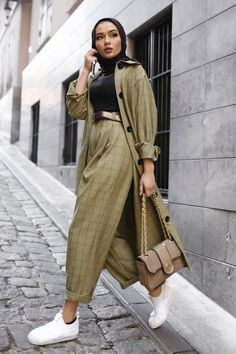 The black T-shirt is a staple in any closet, here's all the ways you can style them for a effortlessly chic look Hijab Fashion Summer, Modest Fashion Hijab, Modern Hijab Fashion, Street Hijab Fashion, Modesty Fashion, Hijab Fashion Inspiration, Mode Inspiration, Look Fashion, Fashion Outfits