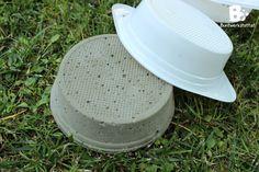 Wir wollten schon lange Trittsteine für unseren Garten machen. Letzte Woche sind wir endlich dazu gekommen. Es hat so viel Spaß gemacht, und war total einfach! Wir sind richtig stolz auf das Ergebnis und haben jetzt originelle Trittsteine im Garten die unsere Persönlichkeiten widerspiegeln.  Anleitung und Materialien: Du brauchst: Betonmischung, Plastikschüsseln, Dekosteine, Zahnstocher, Behälter zum Betonmischen, Maurerkelle Für unsere Trittsteine haben wir einen Sack Hobby Beton…