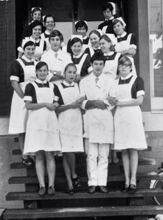 Deze foto is gemaakt op de trappen van de verpleegstersflat van het St.Jozef ziekenhuis te Kerkrade groep 1969-1973 De vrouwen dragen het blauwe uniform met hoog gesloten kraag en witte mouwtjes. En met een kortere of langere sluier. Bijzonder dat ze de sluiers daar zo lang gedragen hebben.