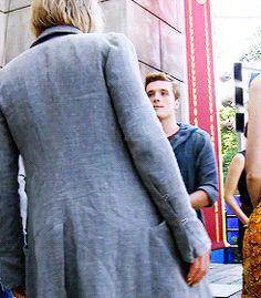 Peetas face in this😂❤️ Hunger Games Jokes, Hunger Games Cast, Hunger Games Fandom, Hunger Games Trilogy, Fire Bts, Josh And Jennifer, I Volunteer As Tribute, Katniss And Peeta, Fandoms