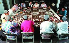 Amish and Mennonite quilters Amische Quilts, Vie Simple, Amish Culture, Amish Community, Pennsylvania Dutch, Amish Recipes, Amish Country, Hand Quilting, Lancaster