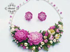 Set cu bujori | Breslo Polymer Clay, Floral Wreath, Wreaths, Jewelry, Decor, Fimo, Floral Crown, Jewlery, Decoration