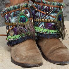 Cubrebotas adornado con plumas de avestruz #cubrebotas #bootcovers #bohoboots #ethnicboots