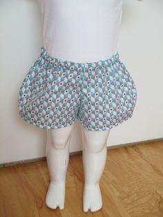 """Short  bouffant pour bébé en tissu coton bleu """"géométrique"""". Élastiqué à la taille."""