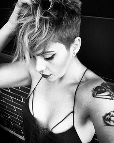 """No pierdas el tiempo golpeando la pared, con la esperanza de convertirla en una puerta"" ✨ #me #makeupjunkie #makeupbyme #makeuplover #beautyblogger #haircut #hairblogger #pelirroja #buzzcut #blondie #instablog #instafashionblogger #shorthair #jeffreystarcosmetics #fiidnt #shorthairstyles #pixiecut #pixiehair #pixies #pixiehaircut #hairdo #hairstyle #hairideasforgirls #hairideas #hairfashion #shorthairswag #makeupbyme #nothingbutpixies  @kurzehaare @thecutlife @cabeloscurtosdivos @boblovers…"