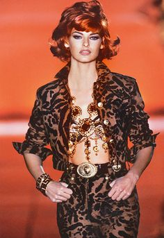 Linda Evangelista walked for Gianni Versace Couture Runway Show 1992 80s And 90s Fashion, 90s Fashion Grunge, Linda Evangelista, Fashion Models, Fashion Show, Fashion Killa, Fashion Designers, Fashion Brands, Original Supermodels