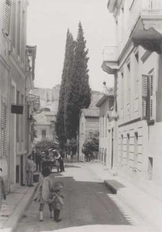 Street in Plaka, Athens 1919 Greece Pictures, Old Pictures, Old Photos, Vintage Photos, Greece Photography, History Of Photography, Bauhaus, Athens History, Hellenic Army
