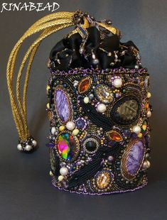 Beads aren't always about jewelry! Beaded Boxes, Beaded Purses, Embroidery Bags, Beaded Embroidery, Versace Perfume, Lesage, Unique Purses, Boho Bags, Vintage Purses