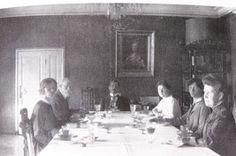Les derniers Romanov - Captivité - Tobolsk - De gauche à droite: Olga, le docteur Botkine, Pierre Gilliard, la baronne buxhoeveden, Tatiana et Anna Demidova à Tobolsk en 1918.