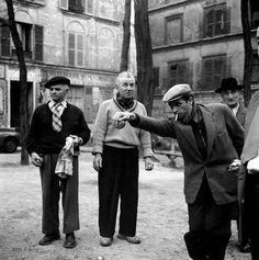 Montmartre 1950 En chandail clair, ce ne serait pas Marcel Aymé?