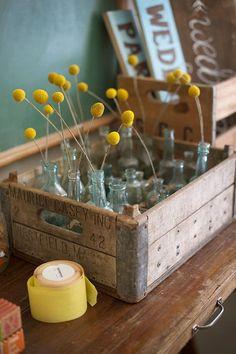 yellow - crate - bottles - hout - geel - bloemen - flesjes