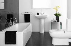 petite salle de bain en noir et blanc et baignoire rectangulaire