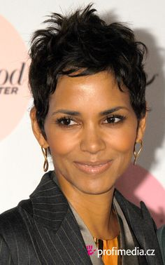 Trying Out Halle Berry Hairstyles : Simple Hairstyle Ideas For Women and Man – Red Unicorn Halle Berry Short Hair, Halle Berry Style, Halle Berry Hot, Short Sassy Hair, Short Hair Cuts, Short Hair Styles, Pixie Cuts, Halle Berry Hairstyles, Celebrity Hairstyles