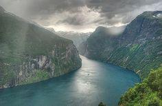 """El paraíso en """"versión noruega"""" (Fiordo Geiranger) - 101 Lugares increíbles 101 Lugares increíbles Visita www.solerplanet.com y podrás conocer mucho más sobre nuestro planeta."""