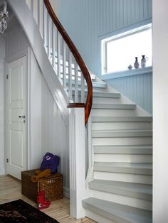 Mal den gamle trappen, den blir som ny for – Happy Homes Norge Hallway Inspiration, House Stairs, Under Stairs, Diy Cabinets, Diy Home Improvement, Scandinavian Interior, Smart Home, Coastal Living, Stairways