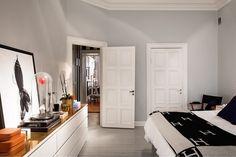 Denna ljuvliga våning hittar vi på Torstenssonsgata 6A på Östermalm. Alltså spana in taket i vardagsrummet, gudomligt snyggt! Och kakelugnen? Ja den uppfyller j