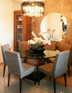 Linda sala de jantar com espelho redondo que deu um super charme e aconchego ao ambiente.