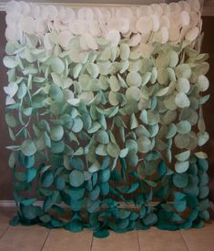 Paper Circle Garland: Green Ombre This gorgeous green paper garland background would be a stunning a Diy Paper, Paper Crafts, Photowall Ideas, Circle Garland, Papier Diy, Deco Nature, Backdrop Stand, Diy Backdrop, Crepe Paper Backdrop