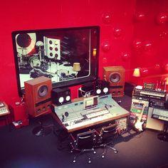 Love that crazy gloss wall and the old retro speakers, even just for decoration Studio Gear, Studio Room, Studio Setup, Home Studio Musik, Audio Studio, Recording Studio Design, Dj Equipment, Red Rooms, Acoustic Panels