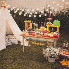 Festa muito linda ao ar livre, adorei! Cores lindas na mesa e cabaninha que sempre deixa a decoração super charmosa! By @meraki_festas ☀️ #kikidsparty