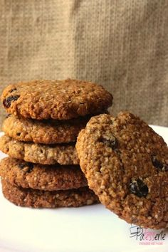 These Oatmeal cookies are great at your coffee break. A big one, lots of flavour. All you need at those long mornings at work. Great Recipes, Vegan Recipes, Oatmeal Raisin Cookies, Coffee Break, No Bake Cake, Biscuits, Bakery, Chocolate, Desserts