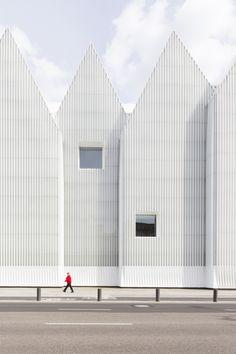 plain - white - facade - minimalism - Estudio Barozzi Veiga's Philharmonic Hall Szczecin - Photographed by Laurian Ghinitoiu Architecture Metal, Minimal Architecture, Amazing Architecture, Contemporary Architecture, Classical Architecture, Architecture Images, Landscape Architecture, Architecture Definition, Conceptual Architecture