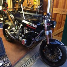 Suzuki Bikes, Suzuki Gsx, Cafe Racing, Cool Motorcycles, Old Skool, Custom Bikes, Motorbikes, Japanese, Cool Stuff