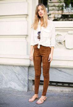 Camisa branca, calça de camurça caramelo, sandália rasteirinha,  White shirt, Suede pants, flat sandal