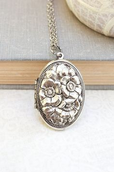 Silver Locket Necklace Antique Silver Floral por apocketofposies