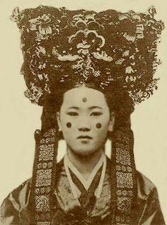 Korean Photo, Korean Art, Korean Traditional, Traditional Dresses, Korean Fashion Trends, Asian Fashion, Historical Clothing, Historical Photos, Modern Hanbok