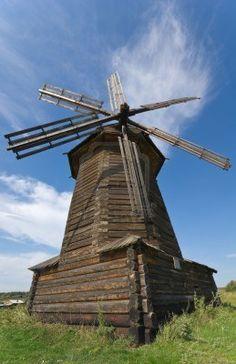 Vieux moulin à vent en bois en Russie musée en plein air