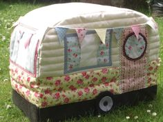 Vintage Sewing Vintage Caravan Sewing Machine Cover: another cute version - View details for the project Vintage Caravan Sewing Machine Cover on BurdaStyle. Small Sewing Projects, Sewing Projects For Beginners, Sewing Tutorials, Sewing Crafts, Sewing Tips, Sewing Ideas, Couture Vintage, Vintage Caravans, Sewing Rooms