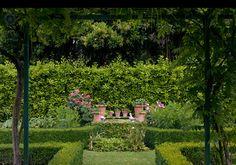 Appia Antica, Roma. L'ombra del glicine può essere anche spessa e oscura, di ottimo contrasto con il sole che un orto richiede. Progetto di Paolo Pejrone