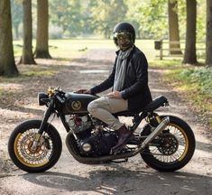 'john player special suzuki gs 844 (gs tribute to jps racing livery Moto Cafe, Cafe Racer Motorcycle, Bobber Custom, Style Retro, Sportbikes, Racing, Cafe Racers, Transportation, Motorcycles