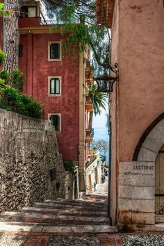 Side Street in Taormina, Sicilia, Italia Places Around The World, Oh The Places You'll Go, Places To Travel, Places To Visit, Around The Worlds, Travel Destinations, Wonderful Places, Beautiful Places, Amazing Places